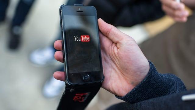 Ein Jugendlicher nutzt den Videodienst Youtube.