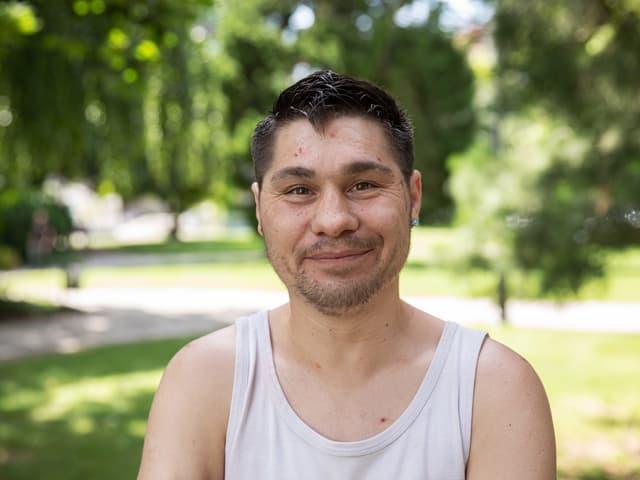 Porträt von Peter Leutwyler in einem Park