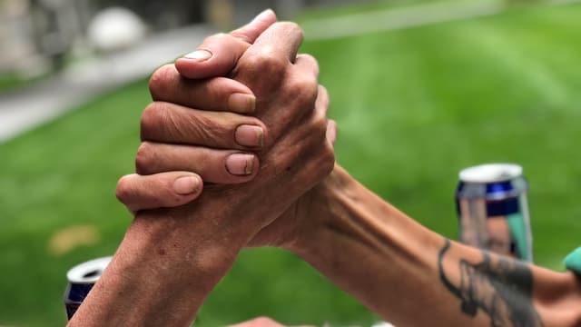 Zwei Männer geben sie die Hand