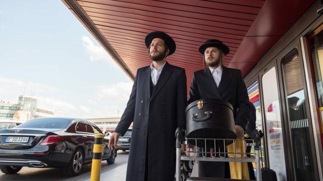 Zwei orthodoxe Juden am Flughafen.