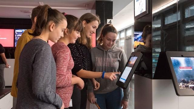 Das interaktive Fake News Quiz stösst bei den Schülerinnen und Schülern auf grosses Interesse.