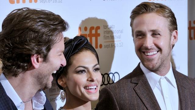 Eva Mendes und Ryan Gosling lachen auf dem roten Teppich