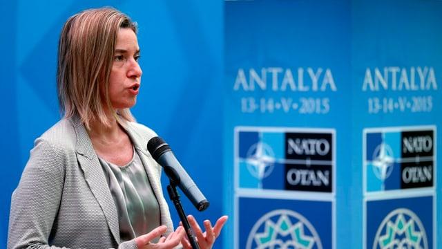 Federica Mogherini durant ses pled ad Antalya en Tirchia.