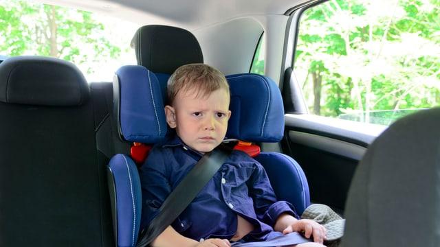 Junge im Kindersitz