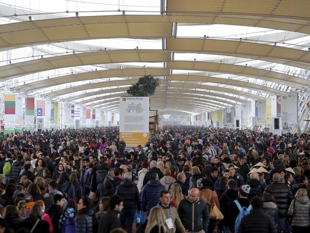 Tausende Besucher stehen nebeinander.