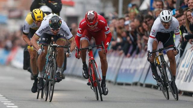 Vier Radrennfahrer im Endspurt.