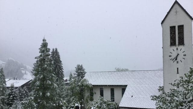 Am Montagmorgen lag in der Lenk auf 1000 Metern über Meer Schnee.