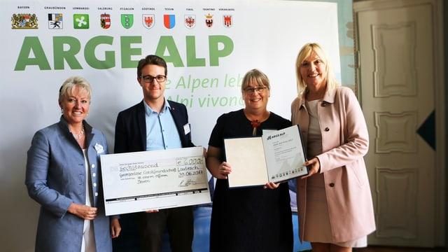 Barbara Janom Steiner (san), presidenta da la regenza grischuna ,ils responsabels dal project a Tavau Philipp Wilhelm e Johanna Veit Gröbner e la ministra da Baviera Beate Merk.