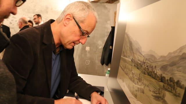 L'autur André Schnker suttascriva ses cudesch gest cumparì.