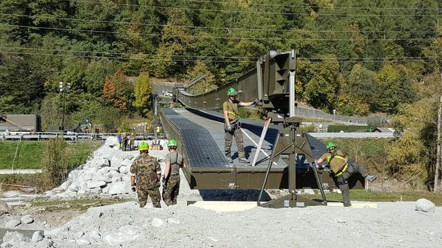 Lavurs da construcziun da la punt provisorica per Bondo.
