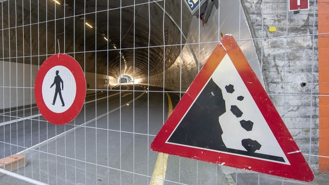 A rock slide in front of a tunnel on Axenstrasse