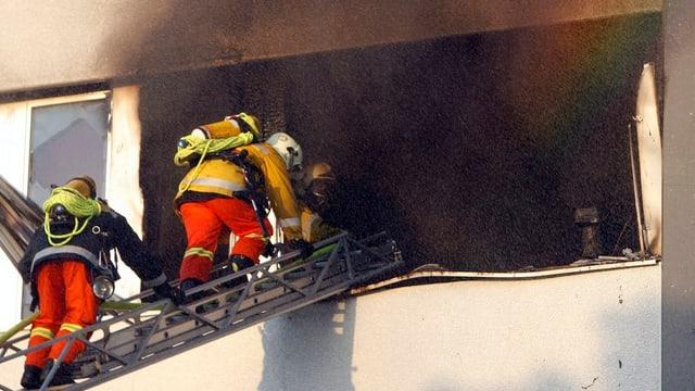 Zwei Feuerwehrleute auf einer Leiter. Ein Einsatz in Cham.