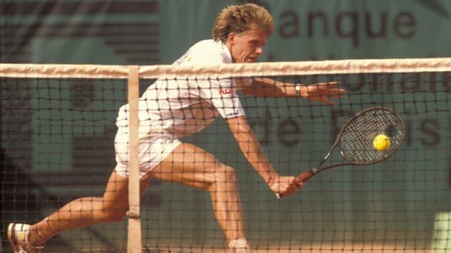 Der Schwede 1989 in Paris bei einem tiefen Rückhandvolley.