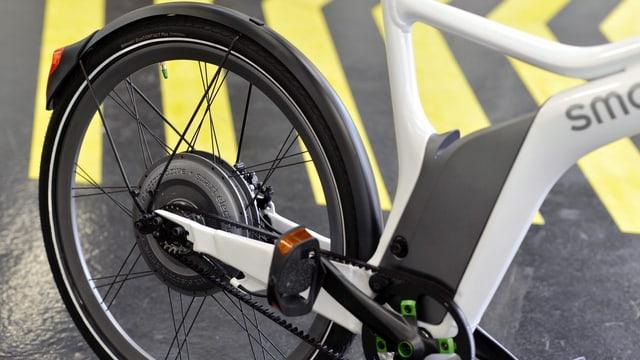 Ein Rad eines E-Bikes, herangezoomt. Es ist schlicht gehalten und unauffällig schwarz.