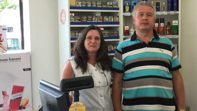 Sylvia (links) und Peter Lange in stehen in ihrer Drogerie.