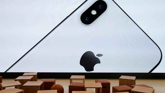 Silhouette eines iPhones auf einer Leinwand.