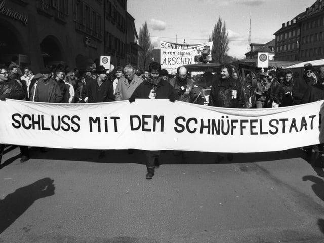 Demonstranten mit einem Transparent «Schluss mit dem Schnüffelstaat»