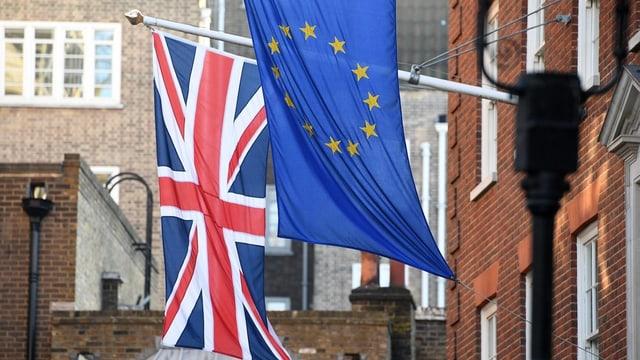 Union Jack und EU-Flaggen an Masten nebeneinander