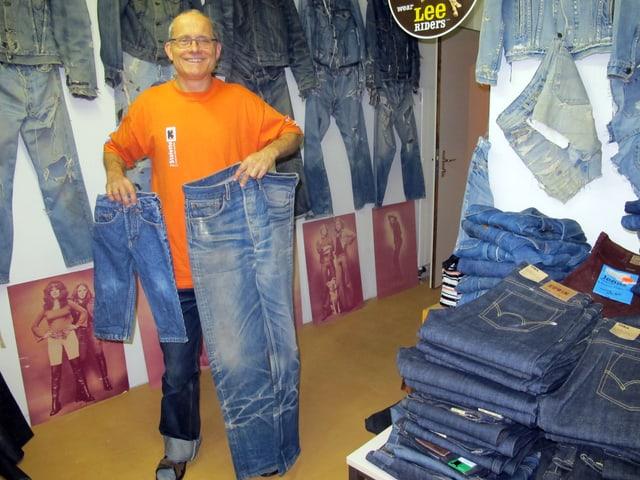 Ruedi Karrer zeigt mit viel Stolz und Freude seine Jeanssammlung.