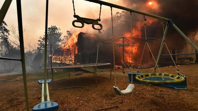 Ein verlassenes Haus in Buxton, New South Wales, brennt lichterloh.