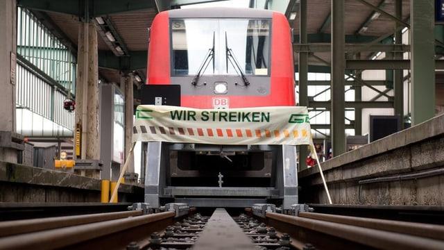 Auf einem Banner steht: «Wir streiken»