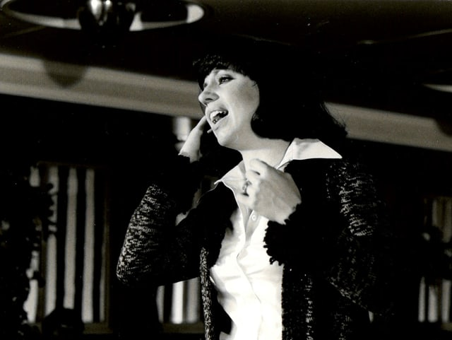 Schwarzweissfoto einer Sängerin während eines Auftritts im TV.