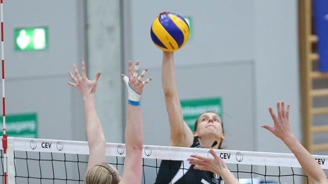 Volleyballerin am Netz.