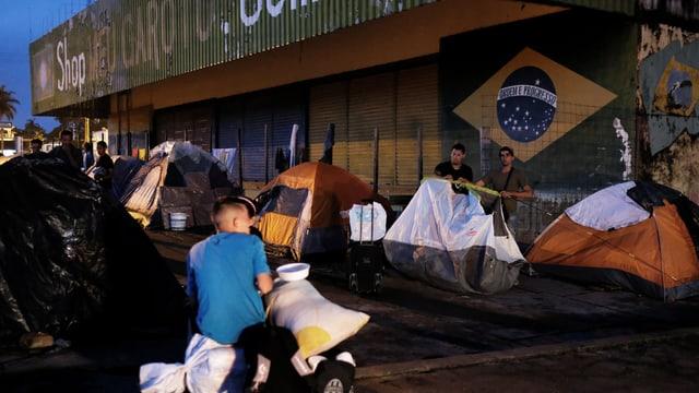Venezolaner übernachten in Pacaraima auf der Strasse