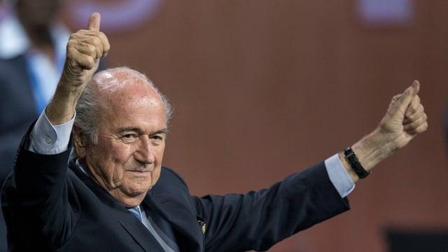 Joseph Blatter auza ils mauns e mussa ils polischs.