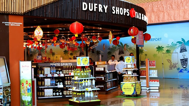 Ein Dufry Duty Free Shop am Flughafen in Bali.