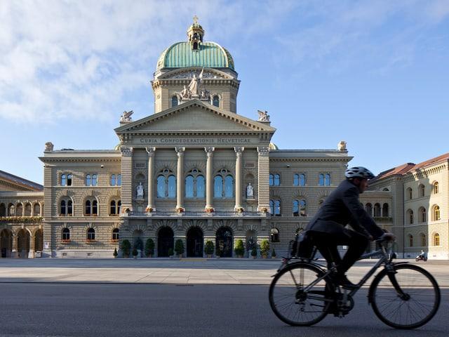 Velofahrer vor dem Bundeshaus