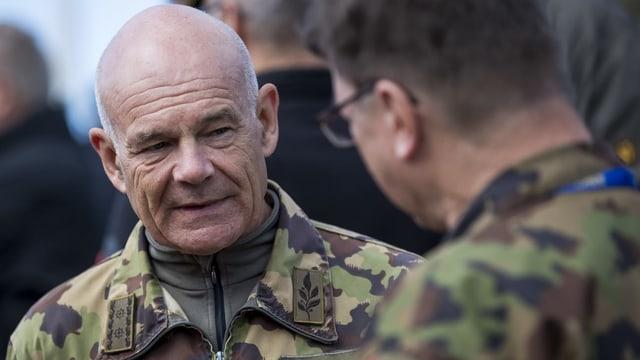 Bernhard Müller im Gespräch mit einem Angehörigen der Armee.