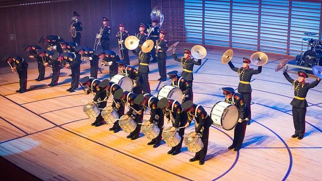Ein Orchester mit Musikanten in Militäruniform.