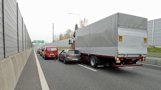 Unfall zwischen einem Auto und einem Lastwagen auf der A2.