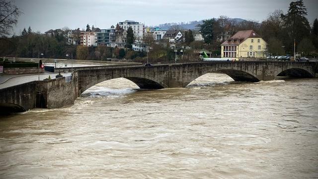 Die Wassermassen des Rheins finden nur noch knapp unter der Brücke in Rehinfelden Platz.