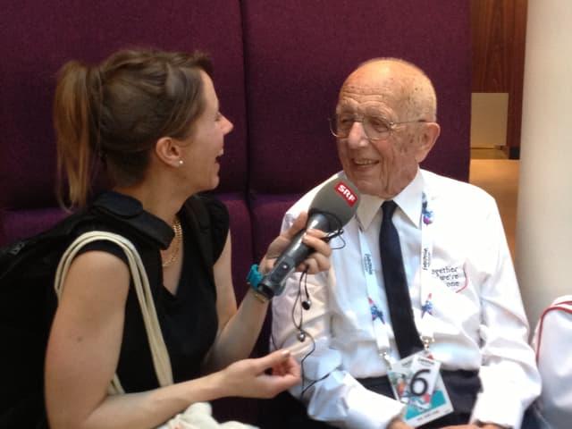 Musikredaktorin Sophie Gut sitzt mit Emil Ramsauer beim Interview.