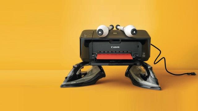 Collage: Phantasiegeschöpf aus Bügeleisen, Drucker und Keulen