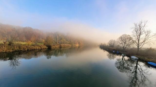 Blauer Himmel und Nebelschwaden über der Aare.
