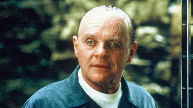 Mann schaut uns an - mit sehr blaune Augen!
