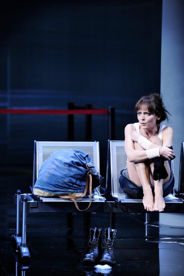 Maya Boog als «Manon» in einer kalten Flughafenwelt