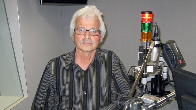 Hämmerle steht im Radiostudio vor einem Mikrofon.