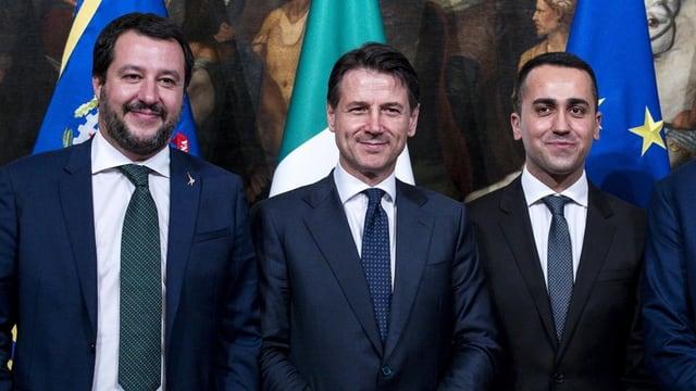 Salvini, Conte und Di Maio voir Italien- und EU-Fahne.
