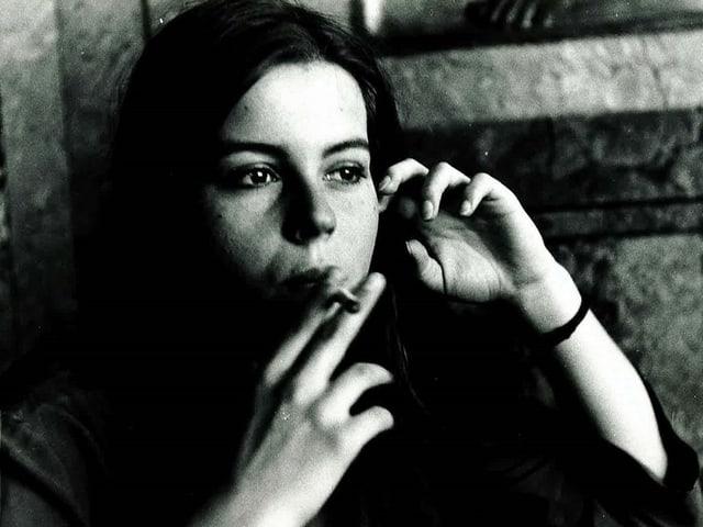 Frau mit Zigarette.