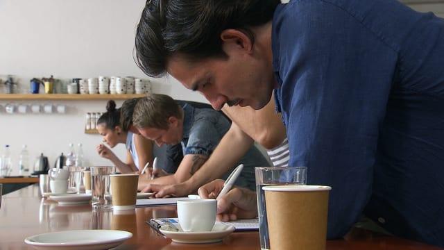 Die «Kassensturz»-Jury bei der Degustation.