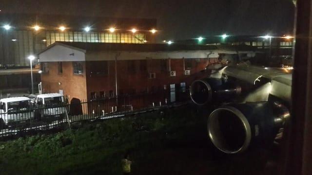 Der Flügel des Jumbojets steckt im Flughafengebäude fest.
