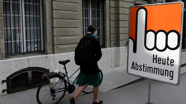 Ein Schild «Heute Abstimmung».
