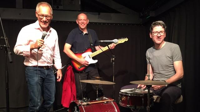 Drei Schauspieler und Musiker auf einer Probebühne