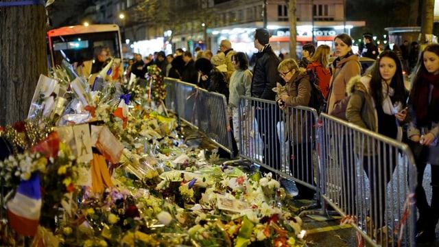 Trauernde am Bataclan, Paris