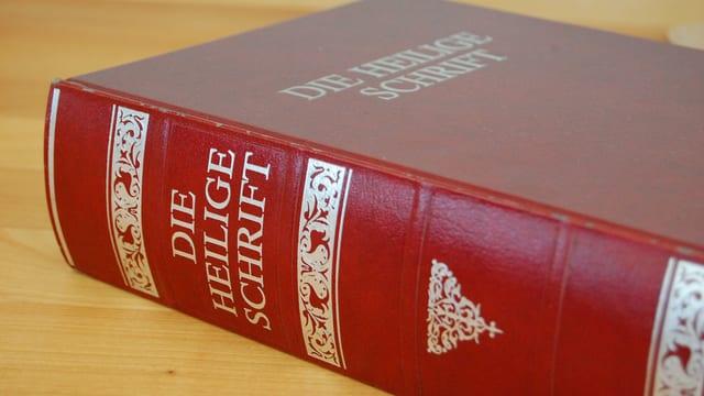 Eine grosse alte Bibel mit rotem Einband