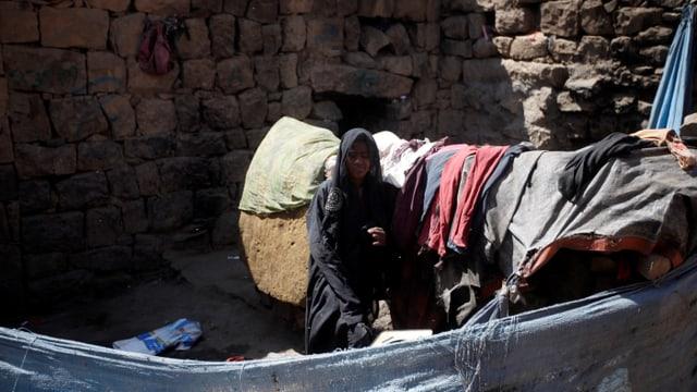 Mädchen und eine Unterkunft aus Tüchern